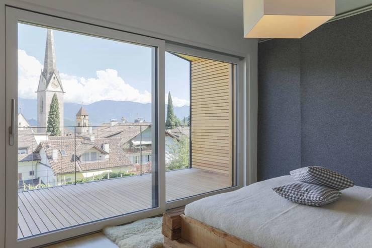 House KaTo: Camera da letto in stile  di Manuel Benedikter Architekt
