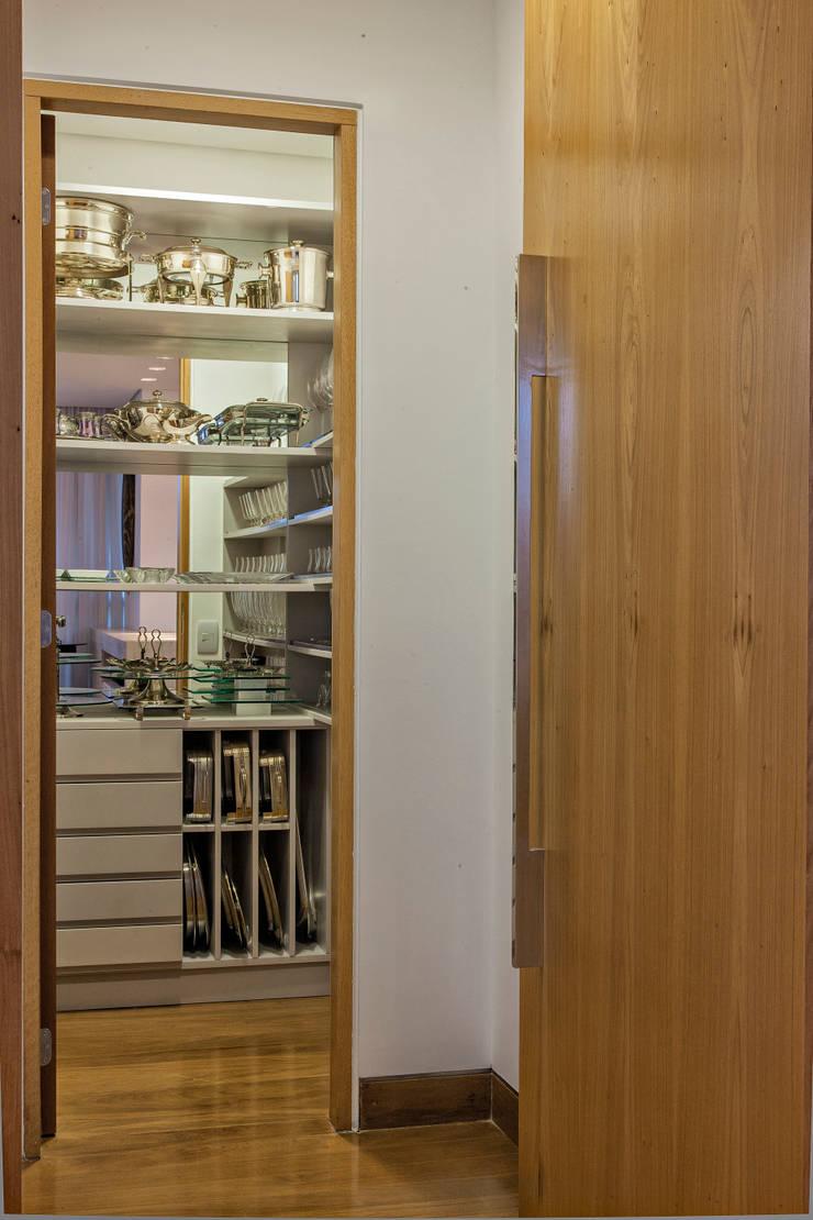 Closet de Louças: Closets  por Lage Caporali Arquitetas Associadas
