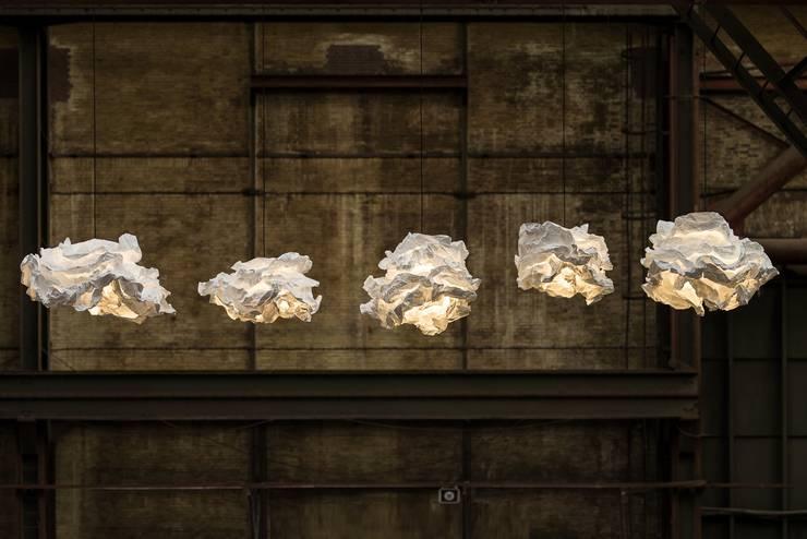 Des luminaires nuages uniques et chaleureux pour sa chambre.: Chambre de style  par NEDGIS