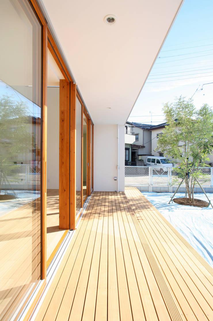 くるりのある家: 設計事務所アーキプレイスが手掛けたテラス・ベランダです。