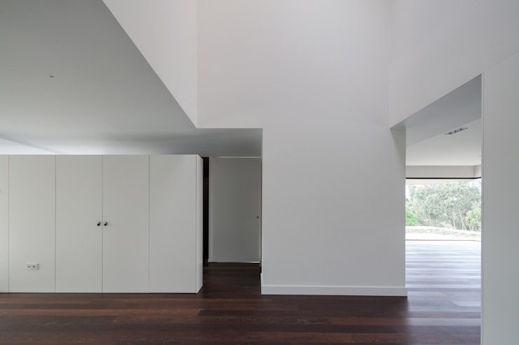 House in Belas, Sintra Pasillos, vestíbulos y escaleras de estilo minimalista de Estúdio Urbano Arquitectos Minimalista