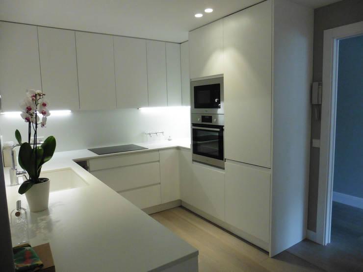 cocina: Cocinas de estilo moderno de LF24 Arquitectura Interiorismo