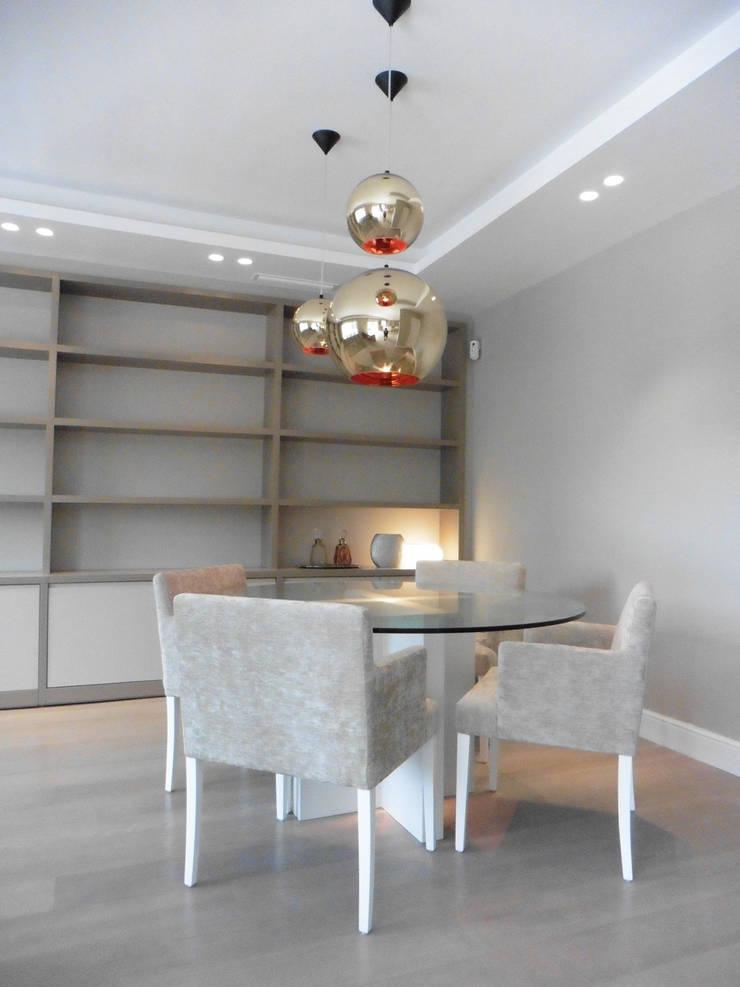 mesa salon + libreria - muebles a media lf24: Salones de estilo moderno de LF24 Arquitectura Interiorismo