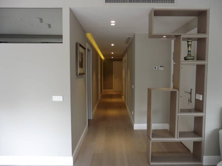 mueble recibidor -pasillo: Pasillos y vestíbulos de estilo  de LF24 Arquitectura Interiorismo