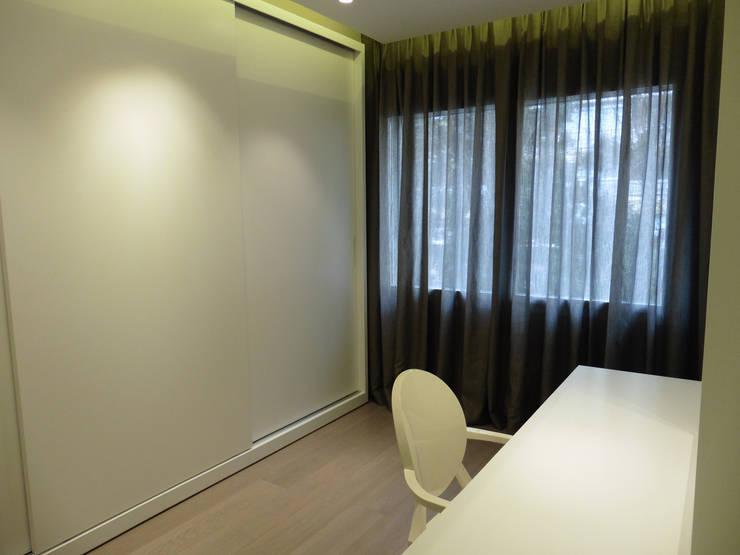 armario a medida - vestidor señora: Vestidores de estilo  de LF24 Arquitectura Interiorismo