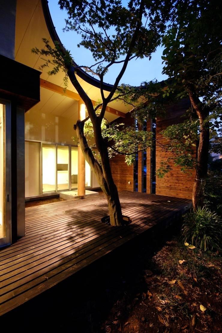 木漏れ日屋根のウッドデッキ(夜景): 前田敦計画工房が手掛けた家です。