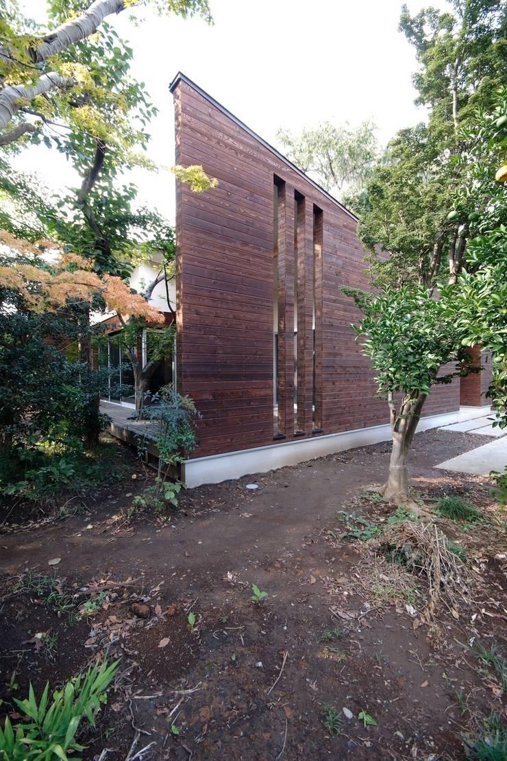 木立に建つ木張りの外壁: 前田敦計画工房が手掛けた家です。