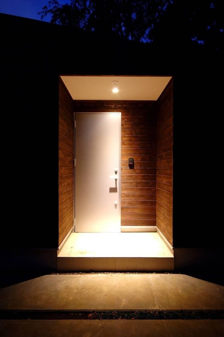 玄関: 前田敦計画工房が手掛けた家です。