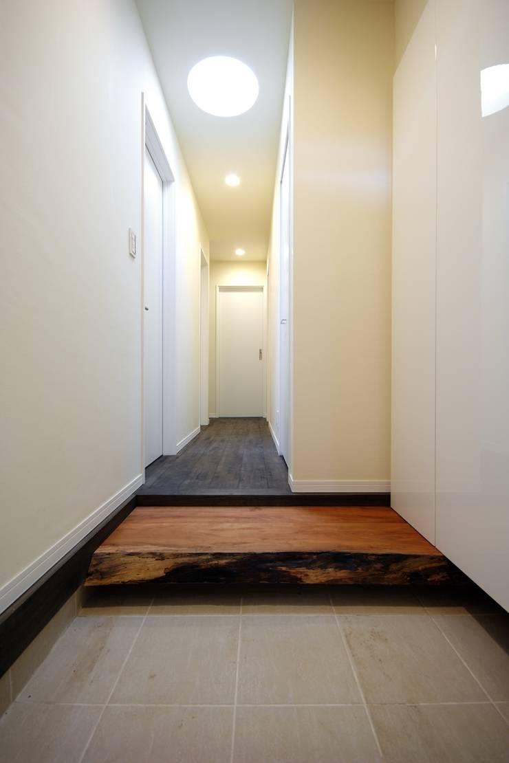所有していたサクラの板の上がり框: 前田敦計画工房が手掛けた廊下 & 玄関です。