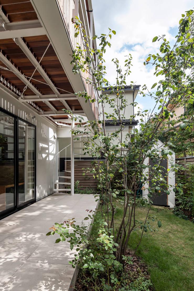 緑あふれるアトリエのある家: 設計事務所アーキプレイスが手掛けた庭です。