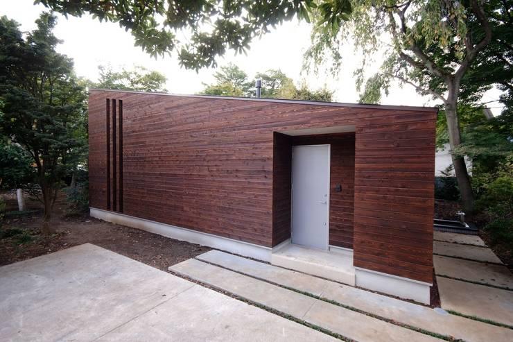 木張りの外壁: 前田敦計画工房が手掛けた家です。