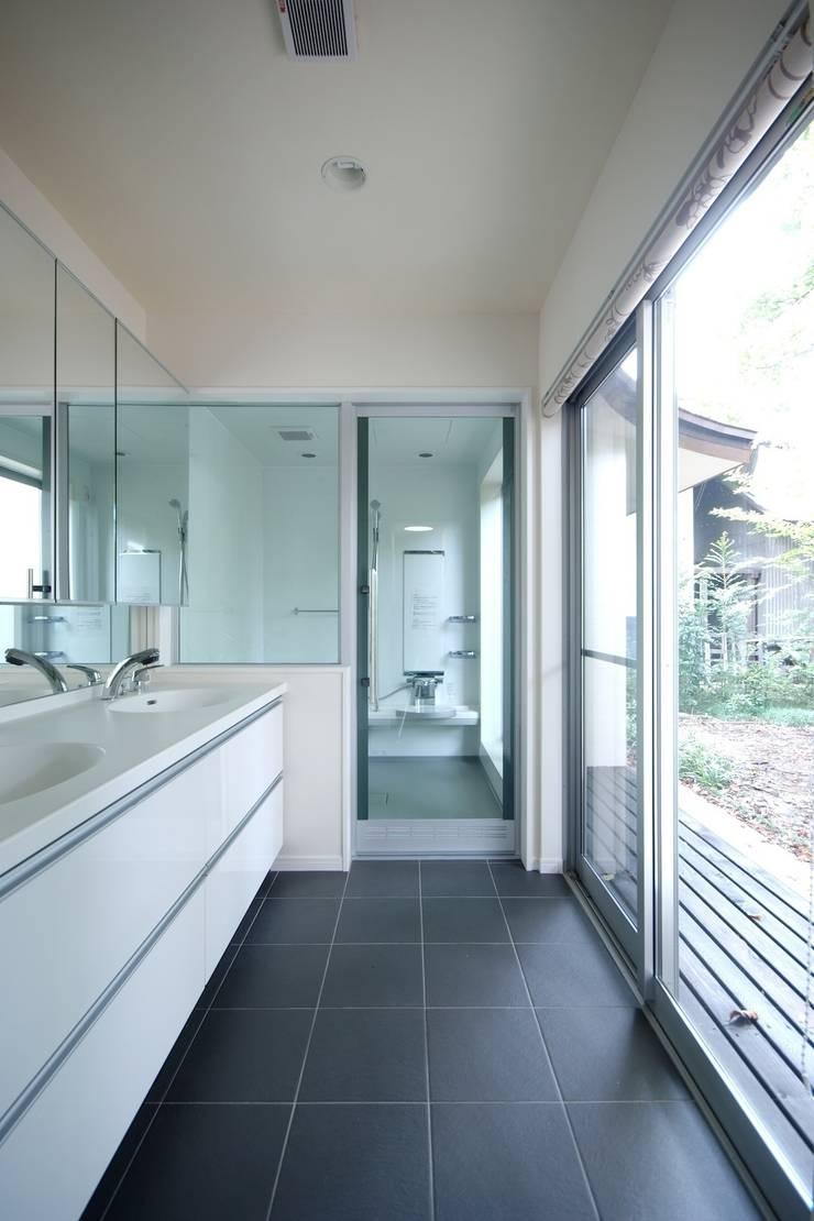 露天風呂感覚のサニタリー&バスルーム: 前田敦計画工房が手掛けた浴室です。
