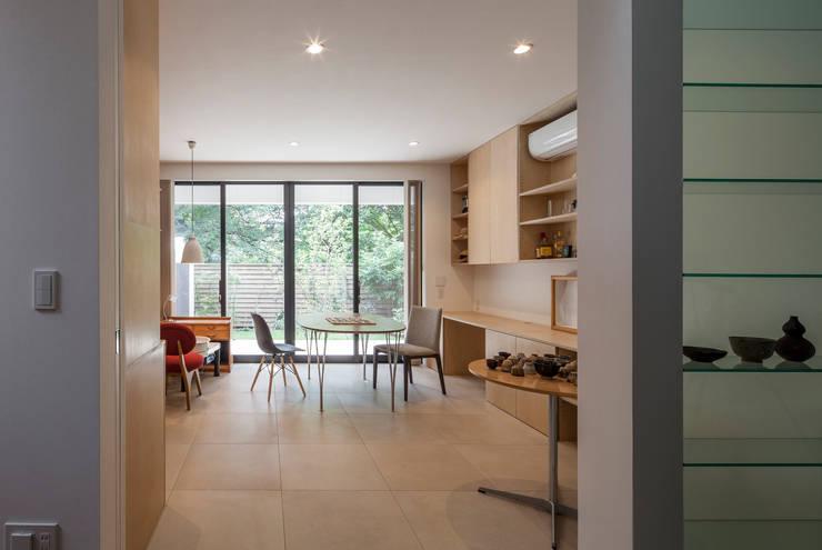 緑あふれるアトリエのある家: 設計事務所アーキプレイスが手掛けた和室です。