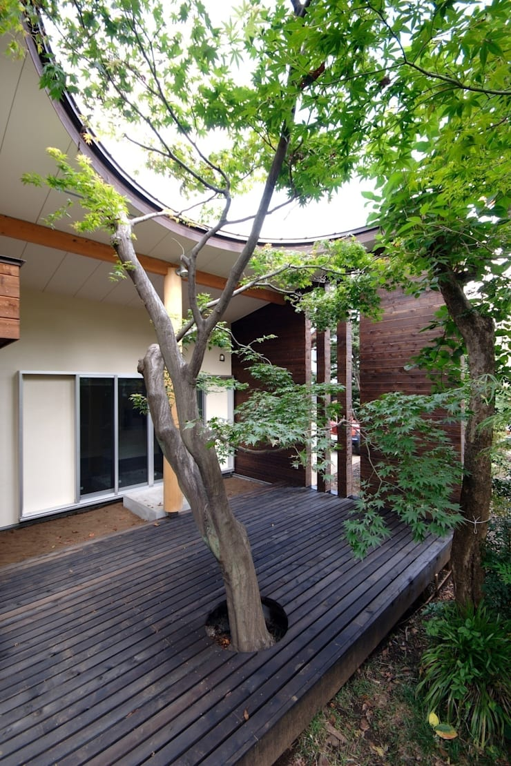 木漏れ日屋根のウッドデッキ: 前田敦計画工房が手掛けた家です。