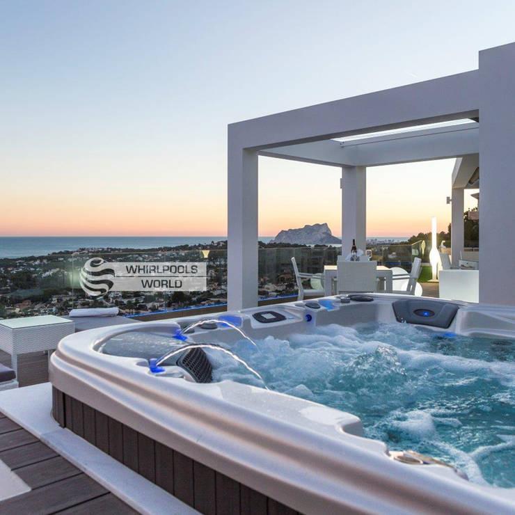 Geräumiger Outdoor-Whirlpool in Moraira, Spanien: moderner Balkon, Veranda & Terrasse von Whirlpools World