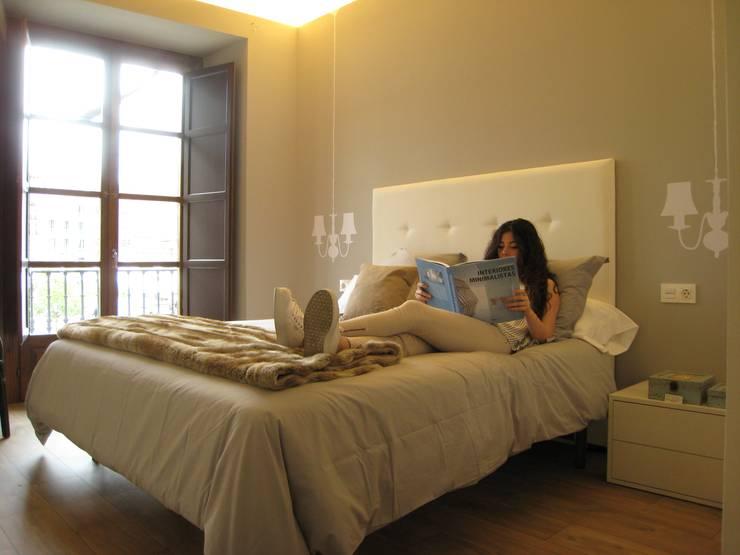 Reforma de vivienda en el Centro de Pamplona: Dormitorios de estilo moderno de Rooms de Cocinobra