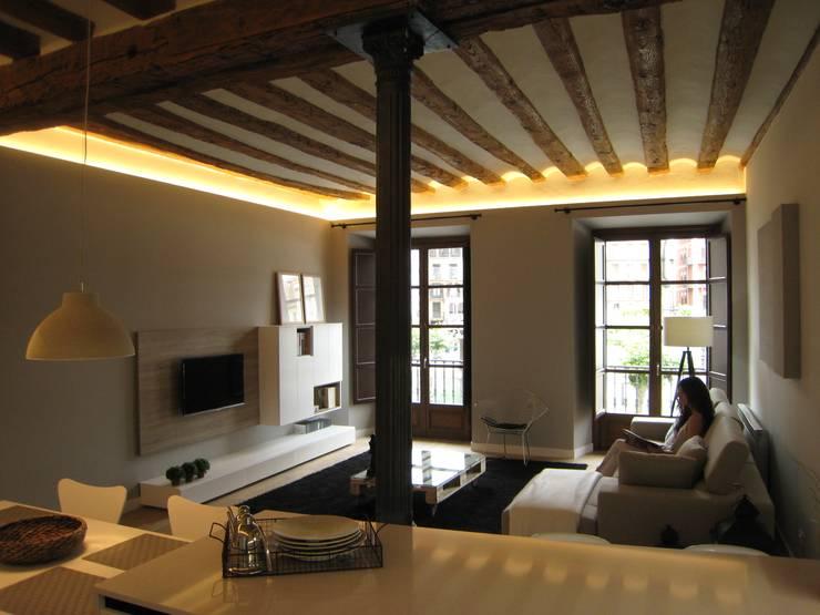 Reforma de vivienda en el Centro de Pamplona: Salones de estilo  de Rooms de Cocinobra