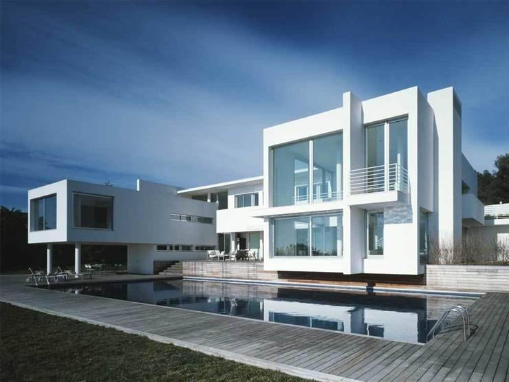 Fachada sur: Casas de estilo  de SOLER-MORATO ARQUITECTES SLP