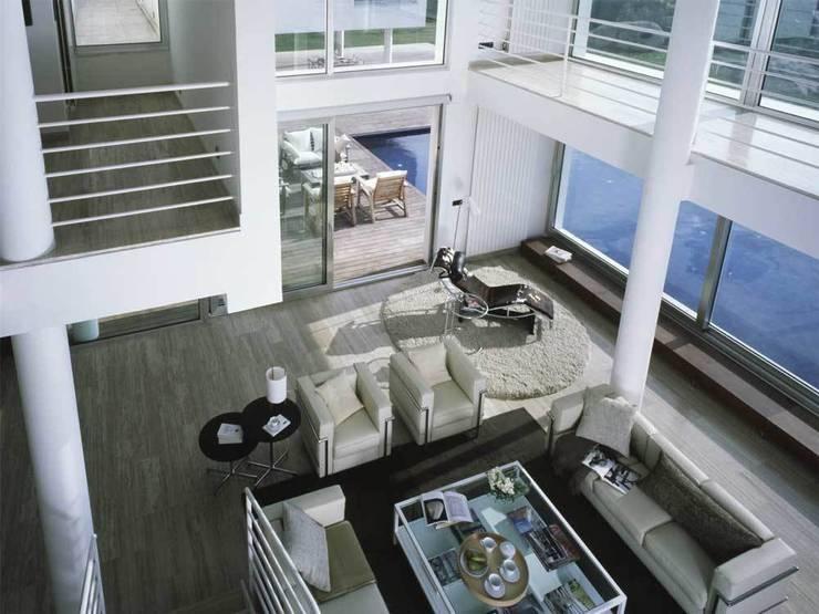 Salón con doble espacio.: Salones de estilo  de SOLER-MORATO ARQUITECTES SLP