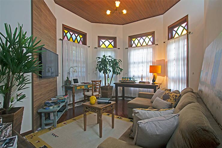 Sala de estar e TV: Salas de estar  por Eliana Berardo Arquitetura e Construção