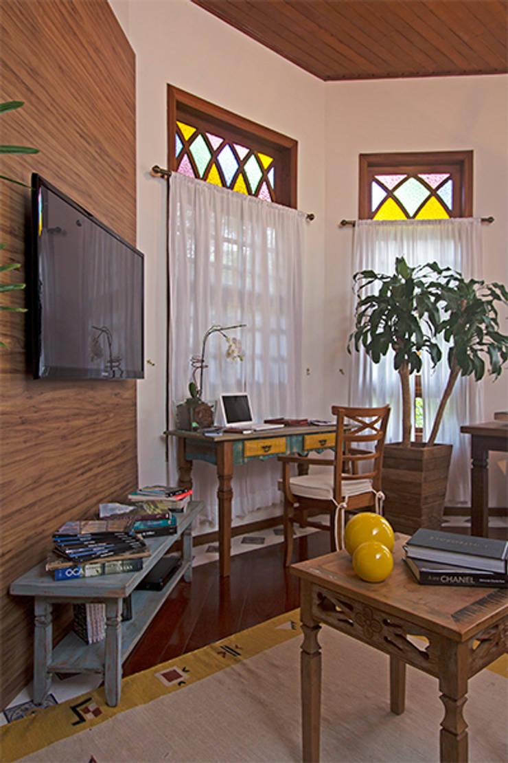 Detalhe sala de estar e TV: Salas de estar  por Eliana Berardo Arquitetura e Construção