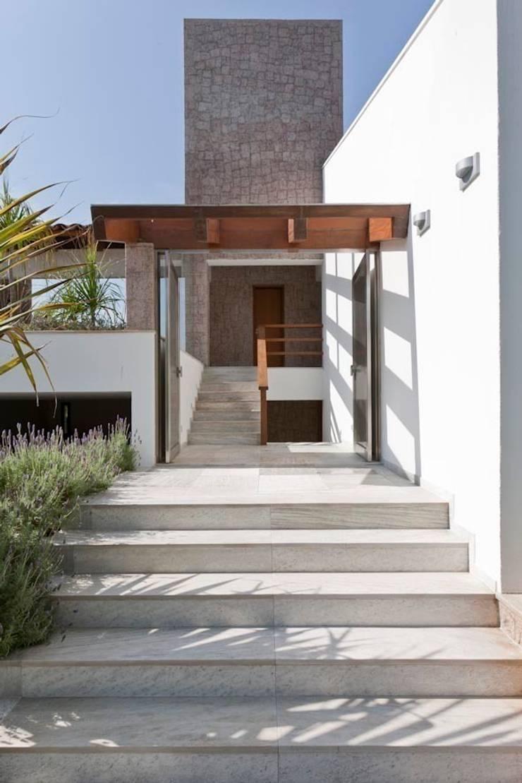 Residência Itu: Corredores e halls de entrada  por Maristela Faccioli Arquitetura,Moderno