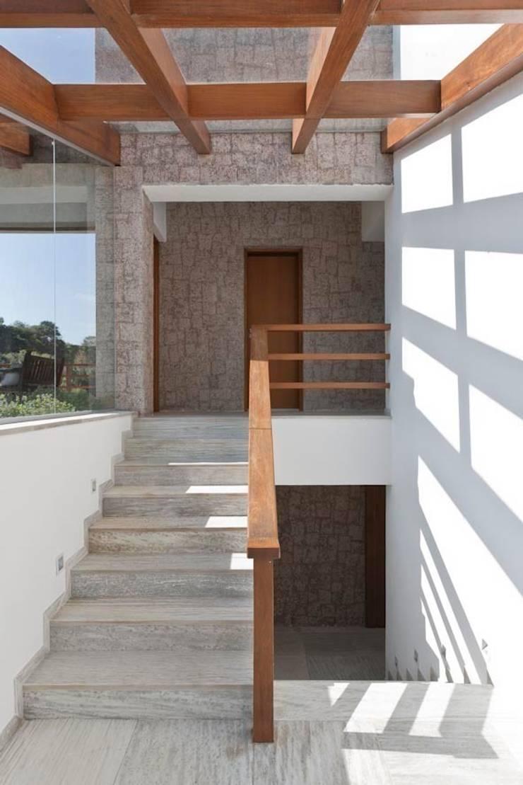 Residência Itu: Corredores e halls de entrada  por Maristela Faccioli Arquitetura