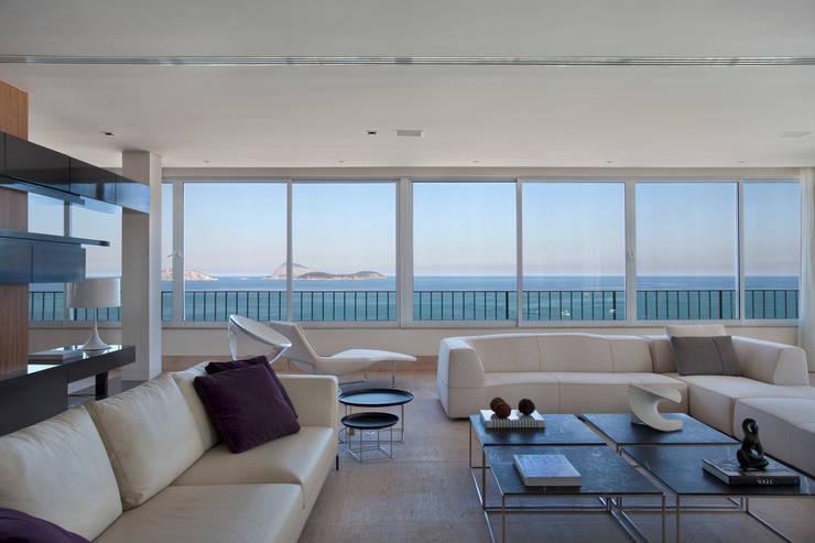 Living room by InTown Arquitetura e Construção LTDA,
