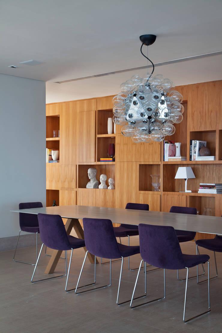 Dining room by InTown Arquitetura e Construção LTDA,