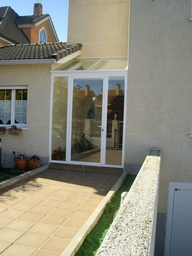 Puertas y ventanas de aluminio: Pasillos y vestíbulos de estilo  de SISTEMAS GAHM SL