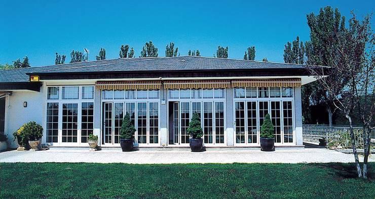 Puertas y ventanas de aluminio: Terrazas de estilo  de SISTEMAS GAHM SL