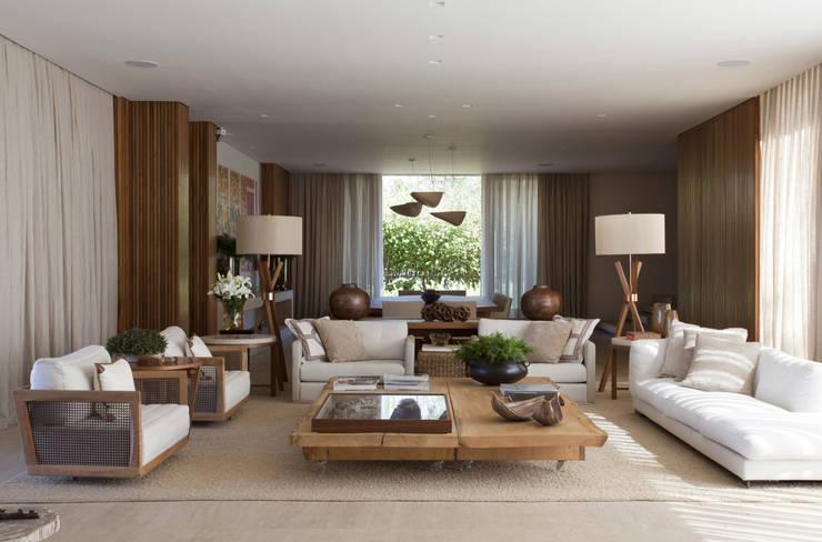 Residência Quinta da Baronesa: Salas de estar modernas por Débora Aguiar