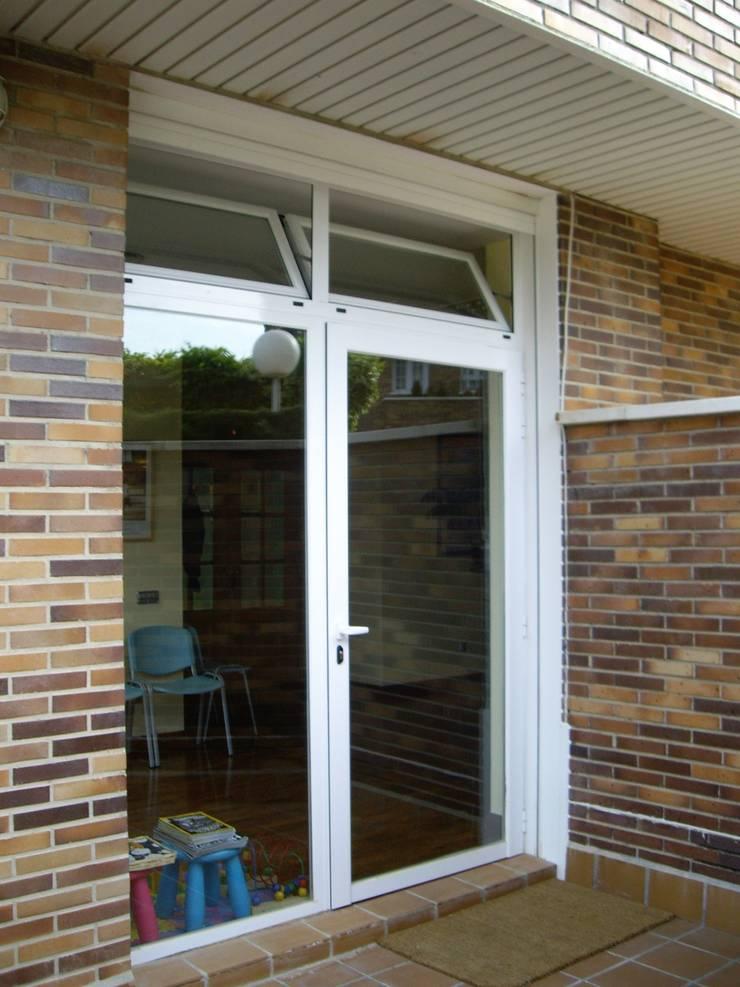 Puertas y ventanas de aluminio: Puertas y ventanas de estilo  de SISTEMAS GAHM SL