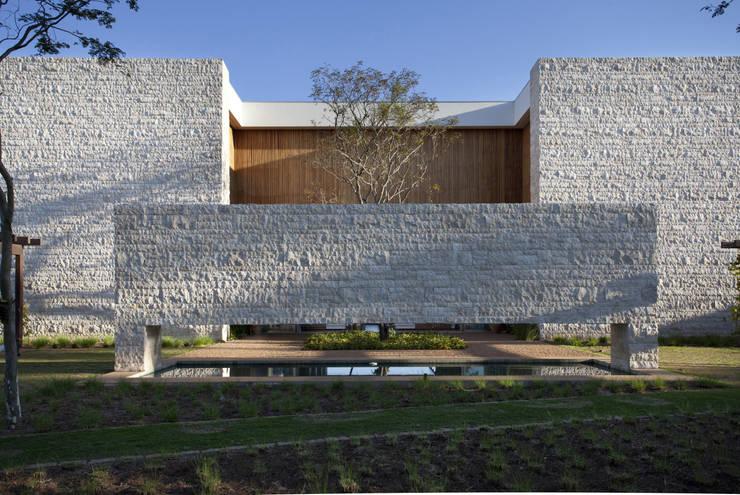 Residência Quinta da Baronesa: Casas modernas por Débora Aguiar