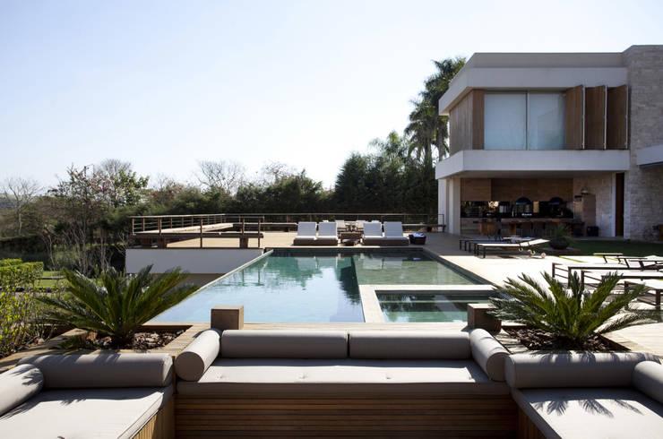 Residência Quinta da Baronesa: Piscinas modernas por Débora Aguiar
