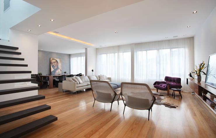 Triplex Viviani: Salas de estar  por InTown Arquitetura e Construção LTDA