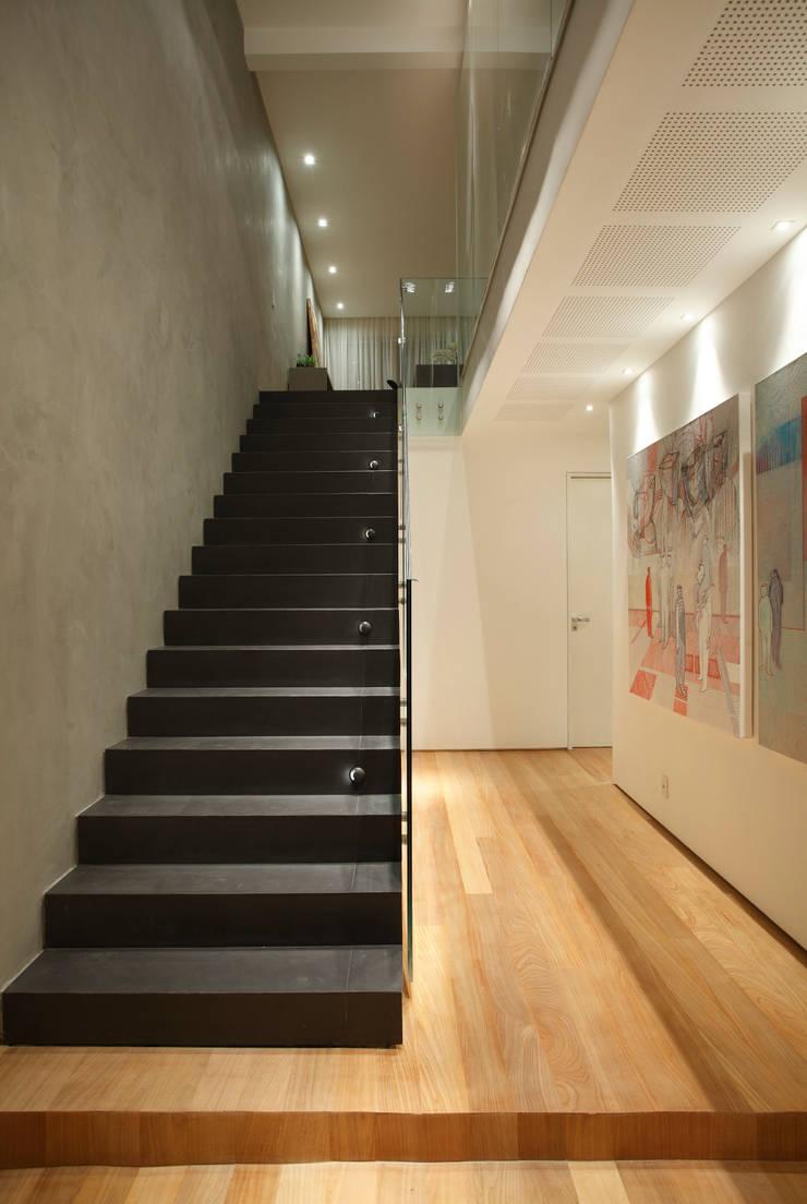 Triplex Viviani: Corredores e halls de entrada  por InTown Arquitetura e Construção LTDA