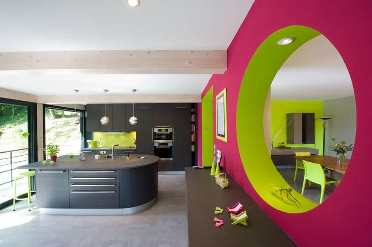 Kitchen by LA CUISINE DANS LE BAIN SK CONCEPT