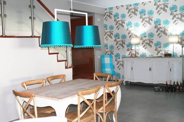 Sala Comum: Salas de jantar clássicas por Stoc Casa Interiores