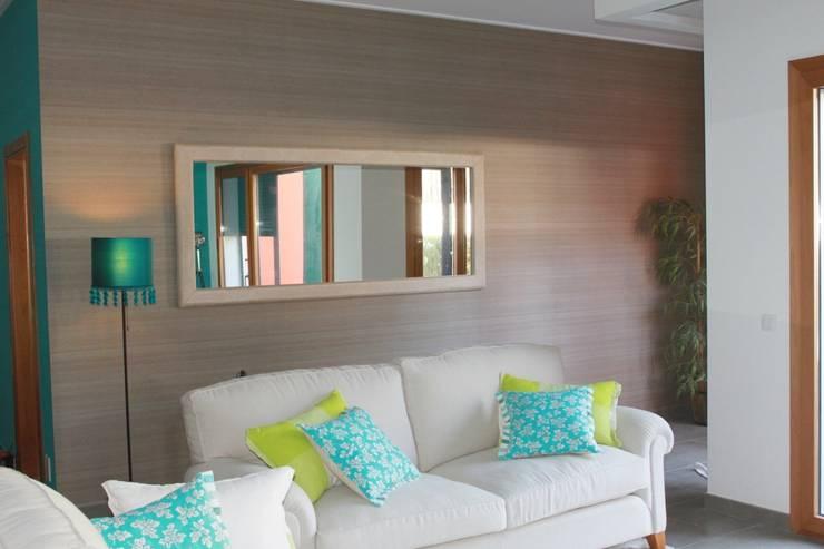 Sala Comum: Salas de estar clássicas por Stoc Casa Interiores