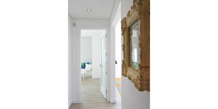 038 | Apartamento, Ericeira, Mafra: Corredor, hall e escadas  por T2 Arquitectura & Interiores