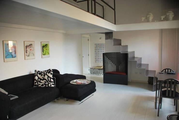 Living, vista verso la scala: Soggiorno in stile in stile Moderno di Silvia Panaro Architettura e Design