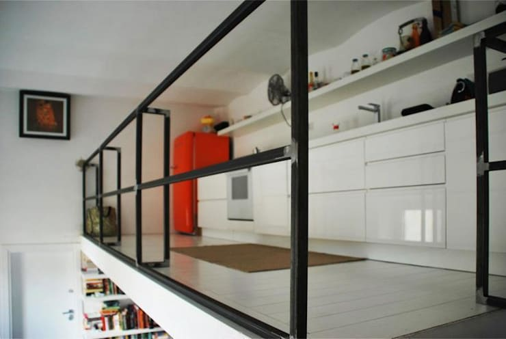 La cucina su soppalco: Cucina in stile in stile Moderno di Silvia Panaro Architettura e Design