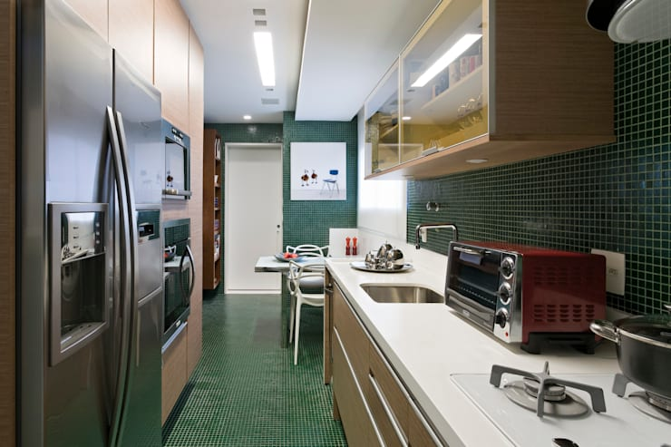 Panamby Apartment: Cozinhas  por DIEGO REVOLLO ARQUITETURA S/S LTDA.