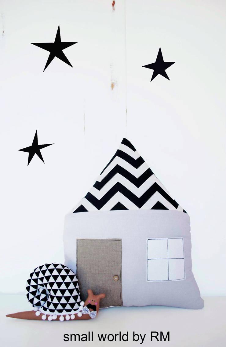 Cojín casa y caracol: Habitaciones infantiles de estilo  de Mundo Raquel