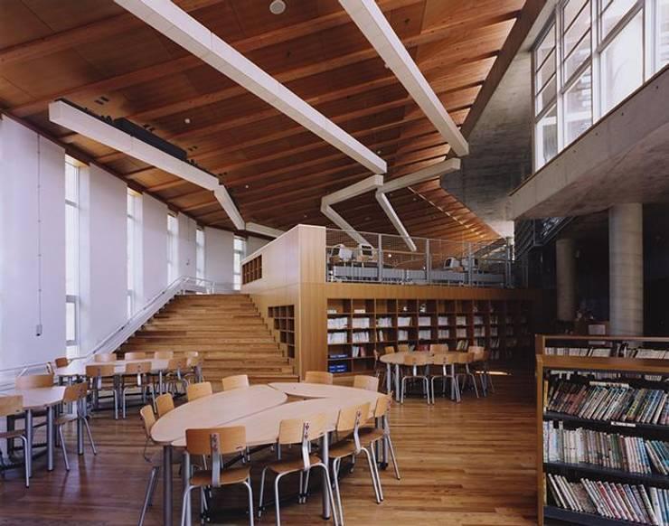 図書スペース: 株式会社ヨシダデザインワークショップが手掛けたリビングです。