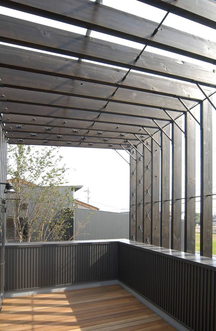 福野の家: 濱田修建築研究所が手掛けたテラス・ベランダです。