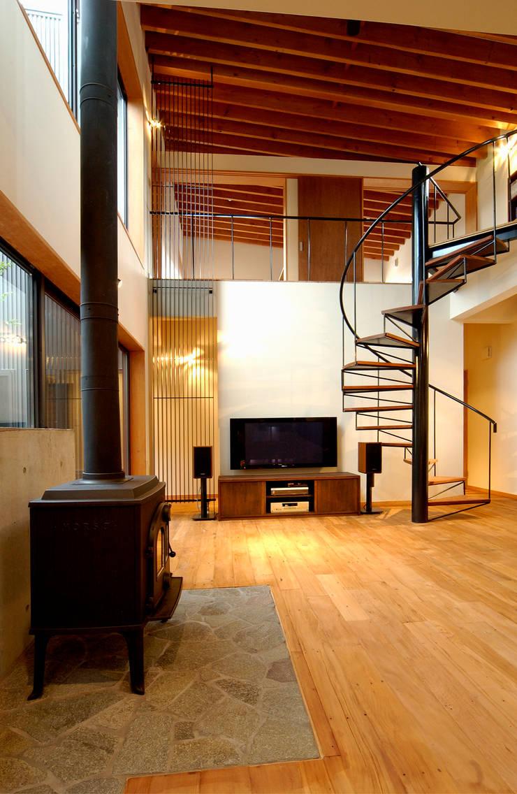 福野の家: 濱田修建築研究所が手掛けたリビングです。