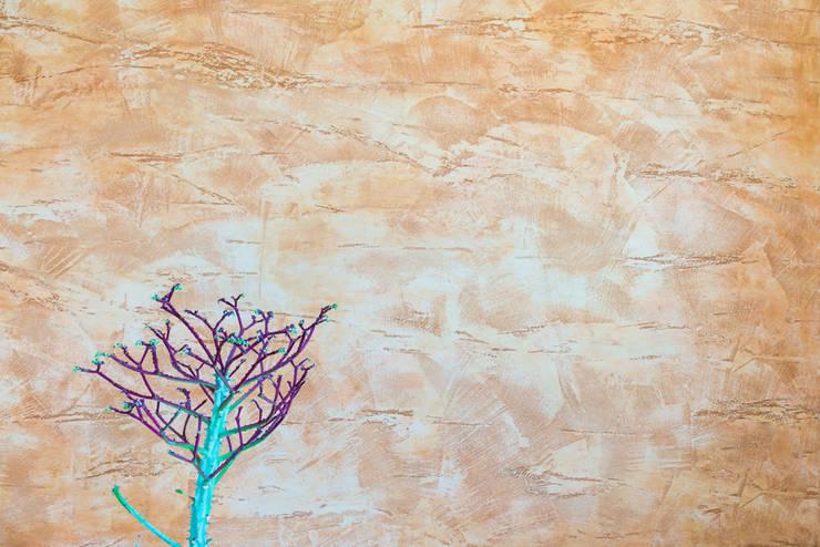 Spatolato grezzo in oro pallido e rame...: Soggiorno in stile  di Milani Iurisevic decorazioni