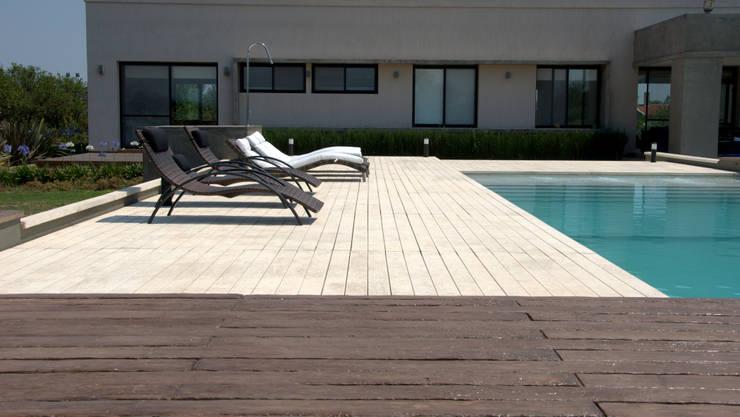Casa Las Moritas: Piletas de estilo moderno por binomio